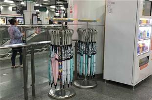 杭州地铁站共享雨伞回归 押金99元规矩多