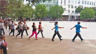 幼儿园要求家长入园健步走 称为缓解拥堵