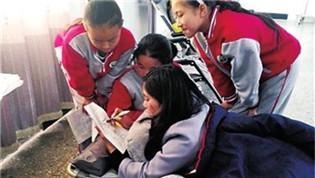 受伤女教师把折叠床搬学校 趴着辅导功课
