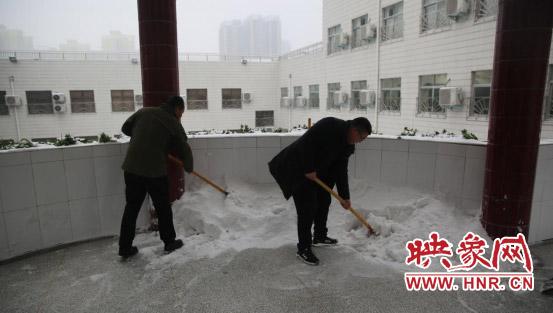最美雪景 老师扫雪保学生安全畅通图片