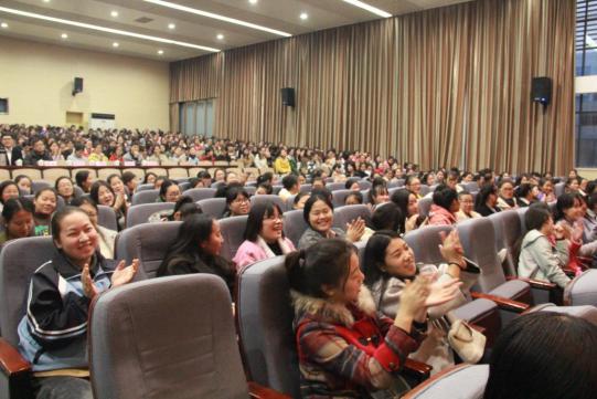 学们为导师精彩有趣的演讲鼓掌-优 青创联盟巡讲第二站 千人创业热