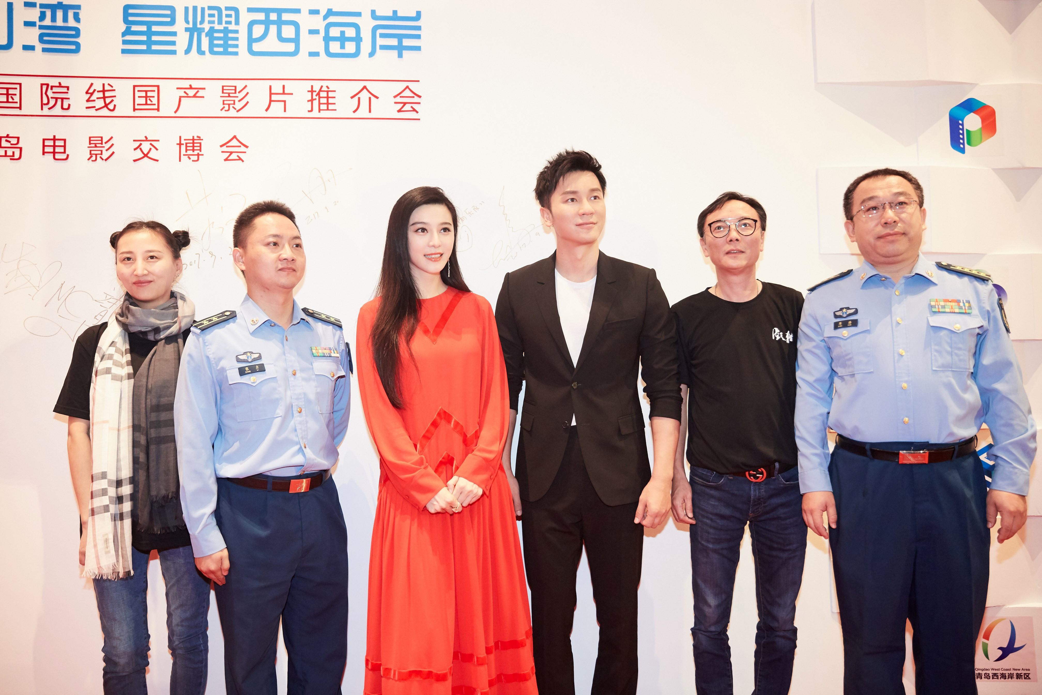 范冰冰李晨宣传电影《空天猎》-范冰冰李晨同时现身 领证在计划内