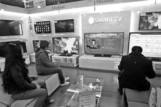 5日,郑州市的家电卖场里,网络电视正在同步直播两会报道 东方今报记者