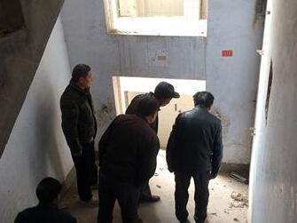 郑州庙李废弃楼成民工栖身所 一人醉酒失足坠亡