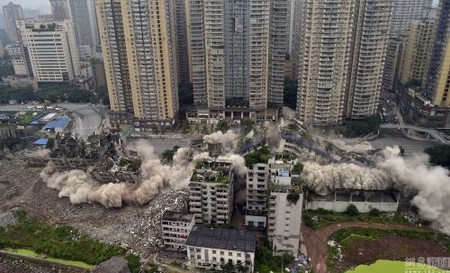 重庆闹市爆破拆除大楼