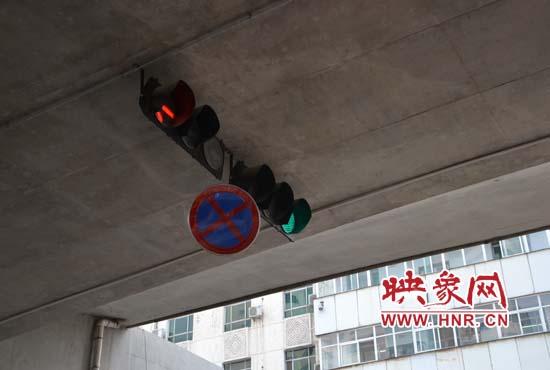 郑州陇海高架下标示牌摇摇欲坠图片