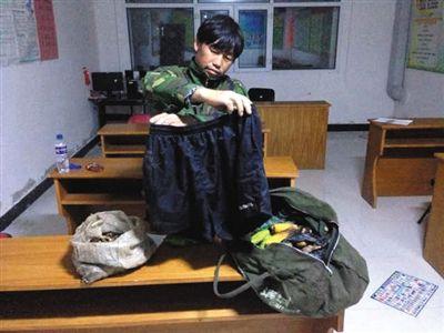 李海伟被20名村民围追将其制服