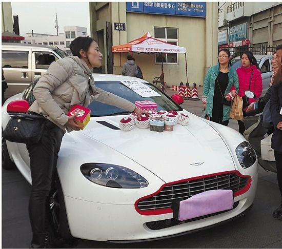 是,每辆车的前盖上都放着一个个包装精美的红苹果.   宁波街头上演图片
