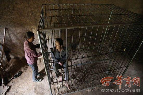 父母担心儿子犯病伤人 19岁男孩被锁铁笼中