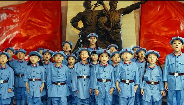 今天 这群小朋友向革命先烈献礼