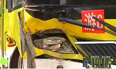 公交车误撞路墩 十一人受伤