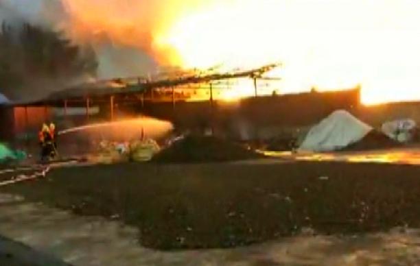 钢铁厂20多吨原材料起火