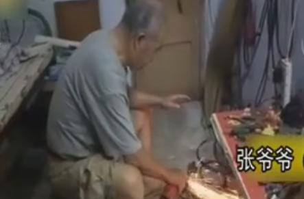 开封:老大爷为瘫痪老伴打造拉杆箱电动车