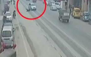 男童卷车底 众人齐施救