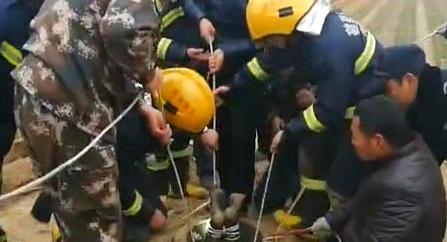 井深60米 消防员倒挂救女童
