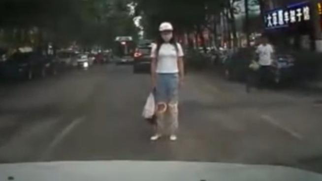 郑州情侣赌气 闯马路撞汽车
