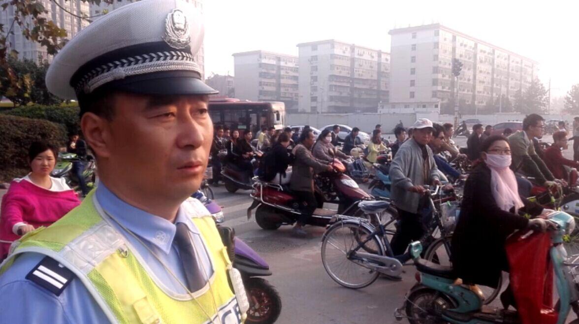 直播3:上班表情 数十万人要通过一个路口