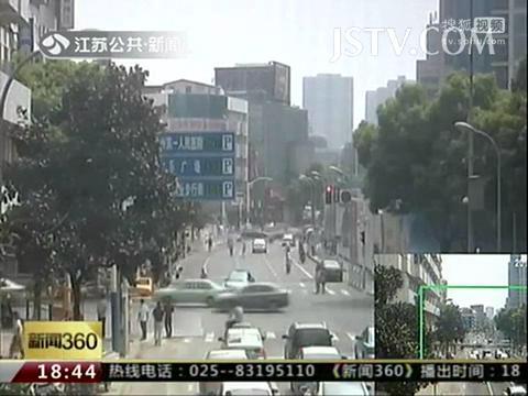 监拍:出租车马路上挂人逆行