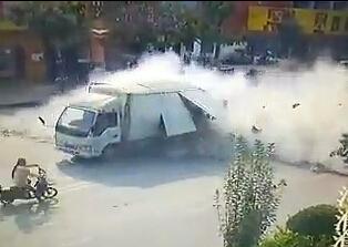 濮阳县一辆厢式货车行驶中发生爆炸 司机弃车逃跑