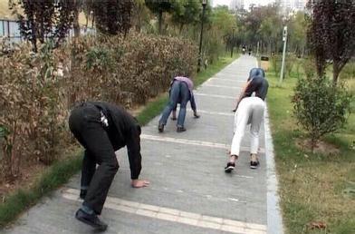 郑州市民爬行锻炼防治颈椎病