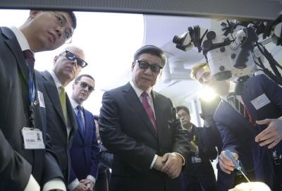 习近平夫妇参观帝国理工大学 试戴3D眼镜
