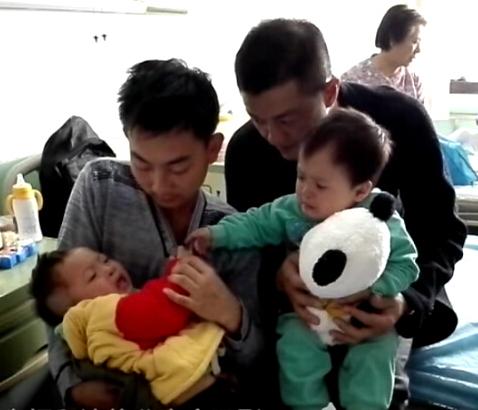 郑州表情:双胞胎患唇腭裂 24岁爹绝望(嫣然天使之旅郑州站2)