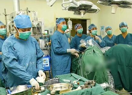 中国首例母亲子宫移植给女儿