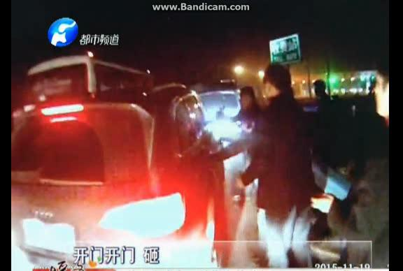 实拍开封警察高速上持枪与毒贩搏斗