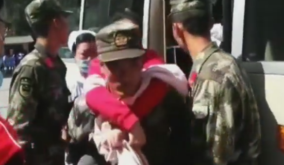 四川九寨沟7.0级地震 武警官兵徒步挺进震中孤岛救援