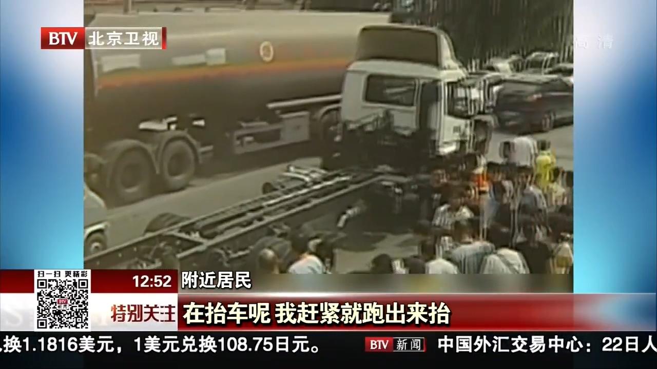 20多人齐抬8吨货车救人