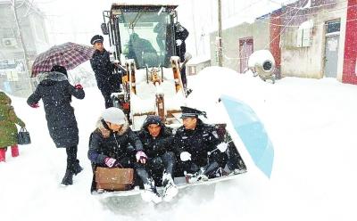 信阳特大暴雪破纪录:2.7万人受灾 中小学继续停课