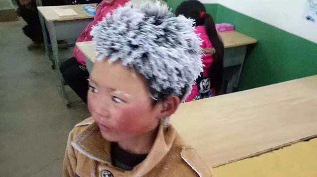 """""""冰花""""男孩:顶着风雪 只为求学"""