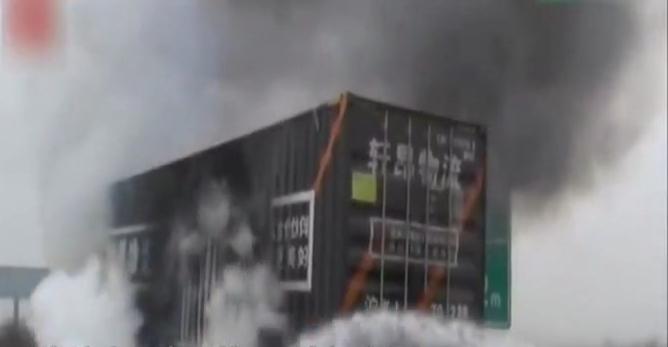 福银高速一辆半挂车突然起火自燃 万件快递被烧毁