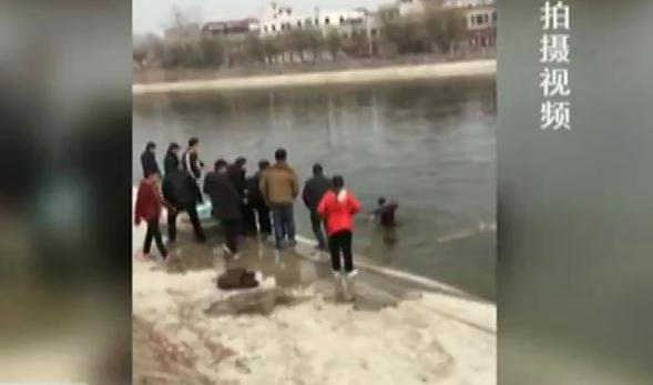 两孩童失足落水 五人接力救援