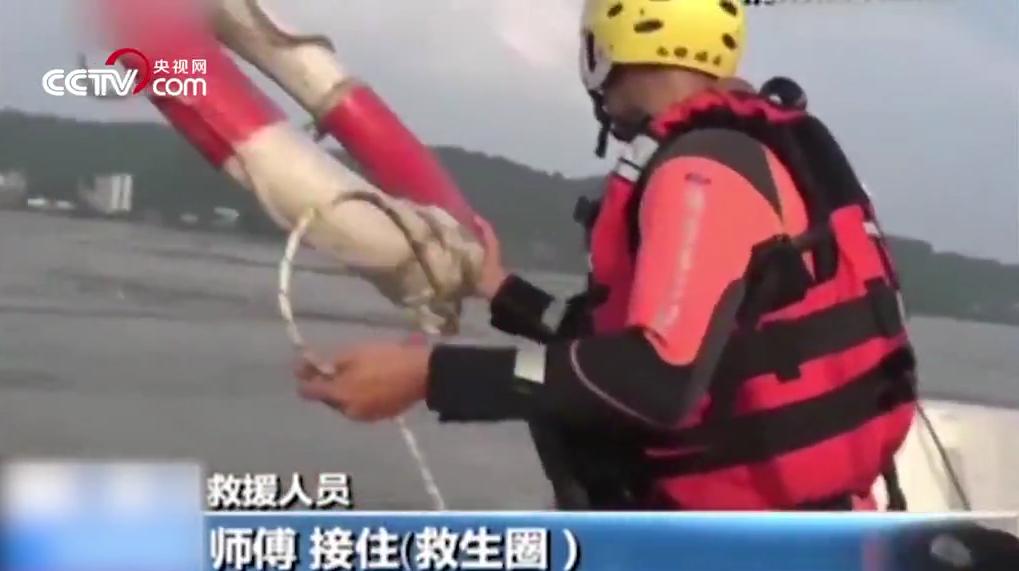 """7人洪峰中""""体验漂流""""拒绝救援 消防官兵护送1小时终上岸"""