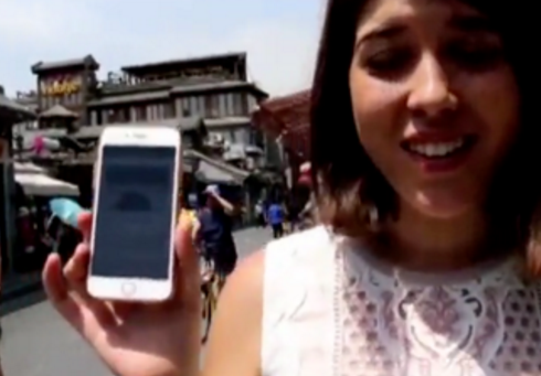 西班牙美女带个手机逛遍北京