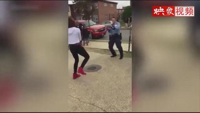 为平息冲突 警察用舞蹈解决战斗