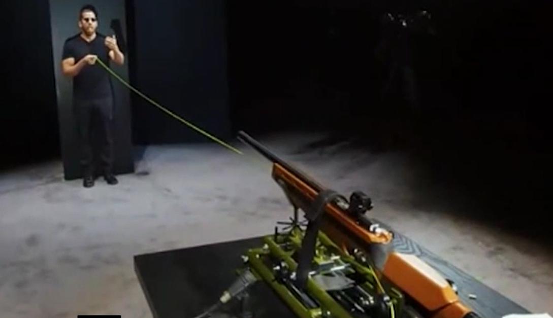 魔术师表演嘴接步枪子弹