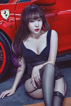 美女黑色蕾丝抚摸红色野兽