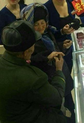 拾荒老人为老伴买钻戒