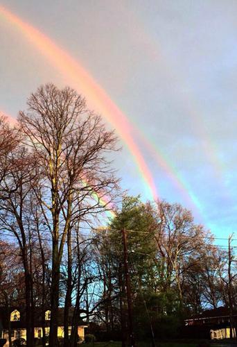 美国女子拍下罕见四重彩虹照片