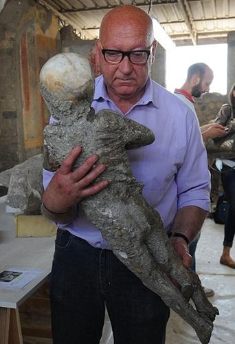 考古学家修复庞贝古城居民化石