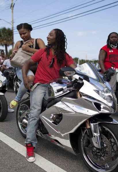 美国举行摩托车大游行