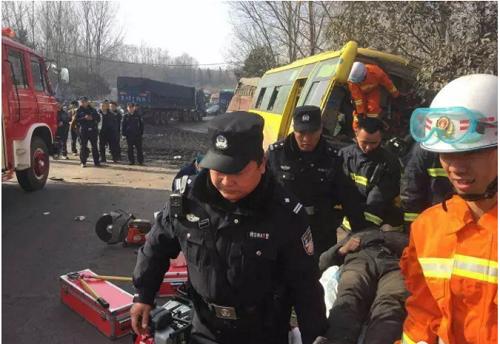 紧急营救:客车车祸 18人被困